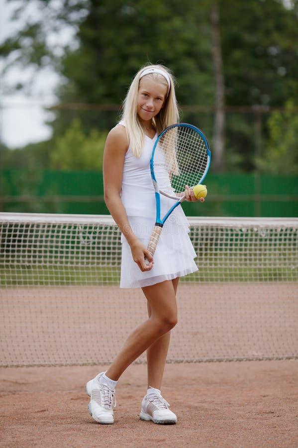 Piękny młodej dziewczyny gracz w tenisa fotografia royalty free
