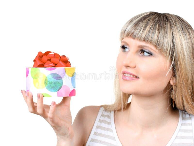 Piękny młodej dziewczyny mienia prezent zdjęcie royalty free
