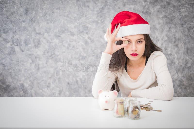 Piękny młodej dziewczyny oszczędzania pieniądze dla sezonu wakacyjnego, oszczędzanie obraz royalty free