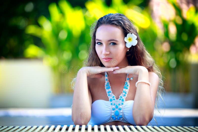 Piękny młodej dziewczyny relaksować zdjęcie royalty free