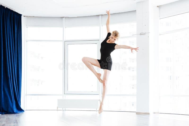 Piękny młodej kobiety baleriny taniec i doskakiwanie w balet szkole zdjęcie royalty free