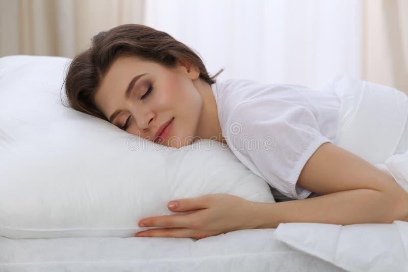 Piękny młodej kobiety dosypianie podczas gdy kłamający w jej łóżku Pojęcie przyjemny i spoczynkowy przywracanie dla aktywnego życ fotografia stock
