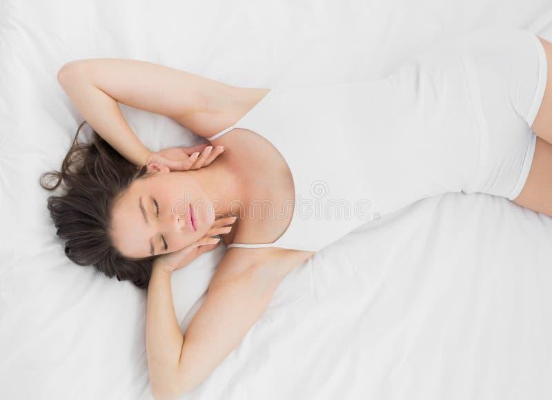 Piękny młodej kobiety dosypianie w łóżku fotografia stock