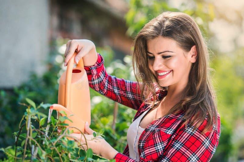 Download Piękny Młodej Kobiety Ogrodnictwo Zdjęcie Stock - Obraz złożonej z aktywny, kopiasty: 65226132