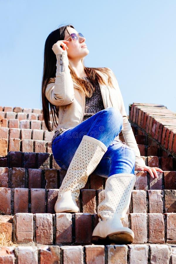 Piękny młody żeński przyglądający up przy niebem fotografia royalty free