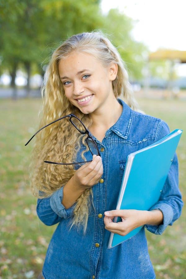 Piękny młody żeński uczeń w parku obrazy stock