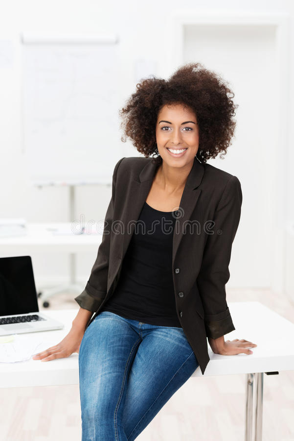 Piękny młody amerykanina afrykańskiego pochodzenia uczeń zdjęcie stock