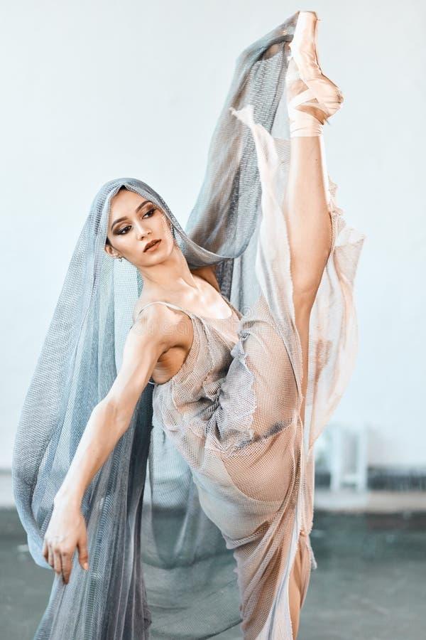 Piękny młody baletniczy kobieta tancerz na scenie z harmonią, ciało kształta ruchy obraz royalty free