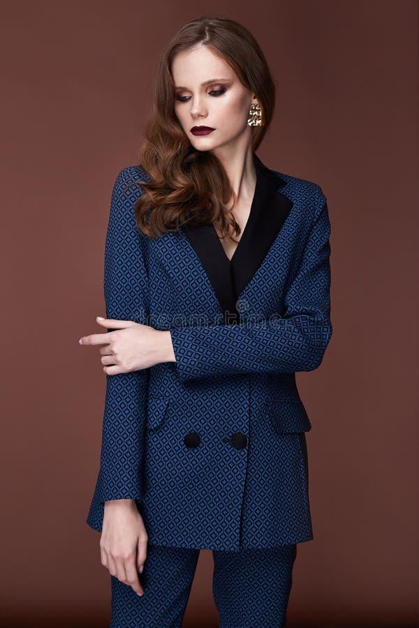 Piękny młody biznesowej kobiety ciemnego włosy wieczór makeup jest ubranym formalną kostium kurtkę dyszy szpilki buty biznes odzi zdjęcie stock