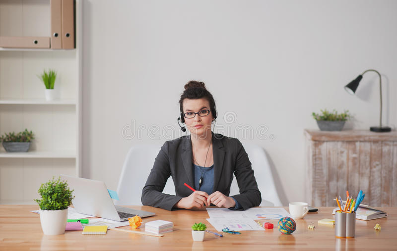 Piękny młody bizneswoman pracuje z wezwaniami obrazy stock