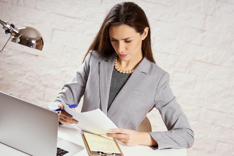 Piękny młody bizneswoman trzyma dokumenty zdjęcia royalty free