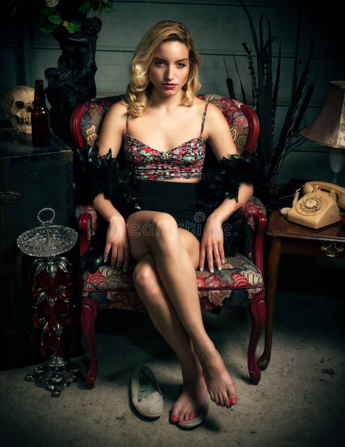 Piękny Młody Blond kobiety obsiadanie w krześle zdjęcie stock