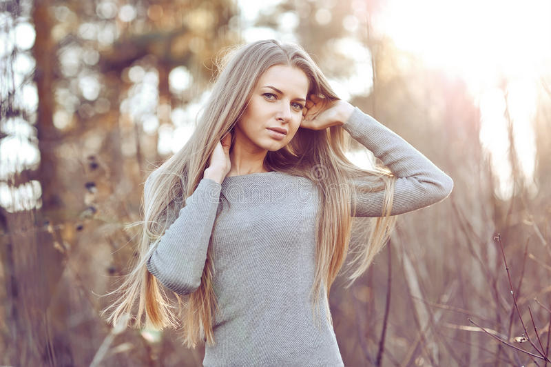 Piękny młody blond kobiety outdoors portret zdjęcia stock