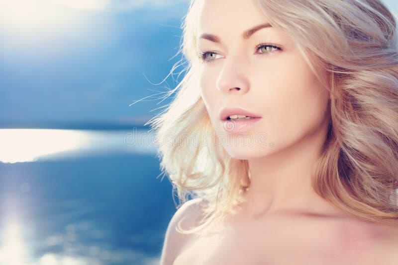 Piękny młody blond kobiety outdoors portret blisko jeziora obrazy stock
