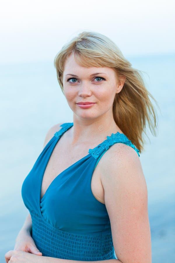 Piękny młody blond kobiety outdoors portret blisko wody morskiej obrazy royalty free
