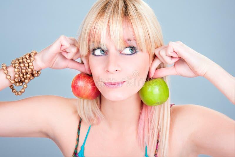Piękny młody blondy z świeżym jabłkiem obraz royalty free