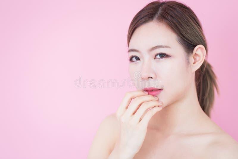 Piękny młody caucasian azjatykci kobieta uśmiech z czystej świeżej skóry twarzy naturalnym makeup kosmetologia, skincare, czyści  obraz stock