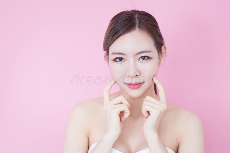 Piękny młody caucasian azjatykci kobieta uśmiech z czystej świeżej skóry twarzy naturalnym makeup kosmetologia, skincare, czyści  zdjęcie royalty free