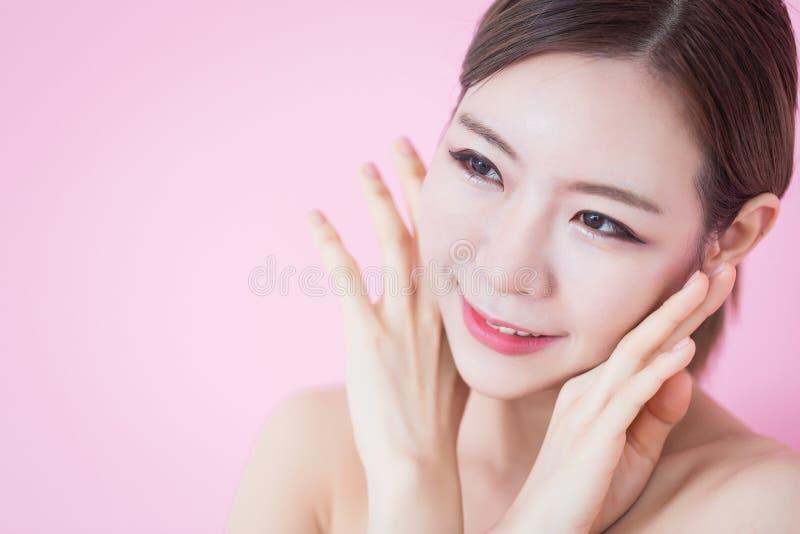 Piękny młody caucasian azjatykci kobieta uśmiech z czystej świeżej skóry twarzy naturalnym makeup kosmetologia, skincare, czyści  obraz royalty free