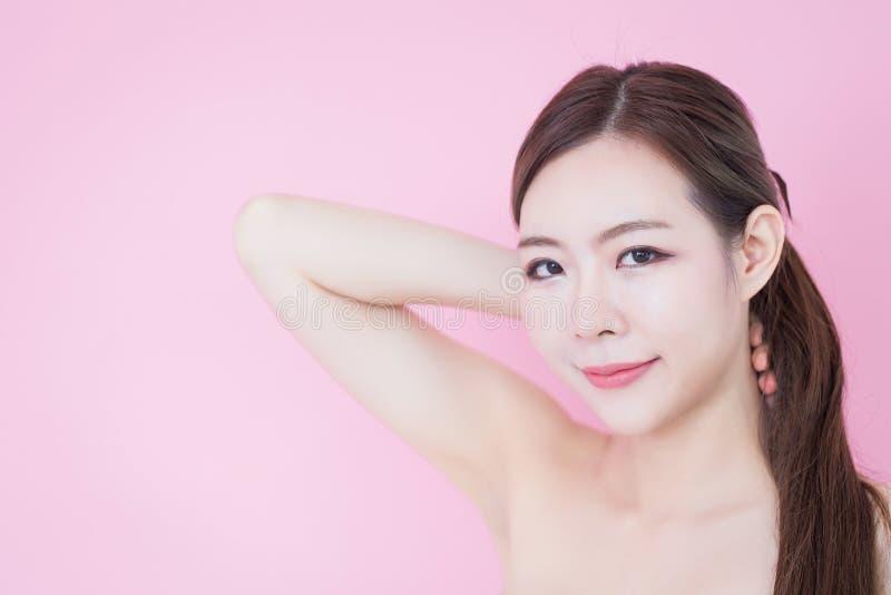 Piękny młody caucasian azjatykci kobieta uśmiech z czystej świeżej skóry twarzy naturalnym makeup kosmetologia, skincare, czyści  zdjęcie stock