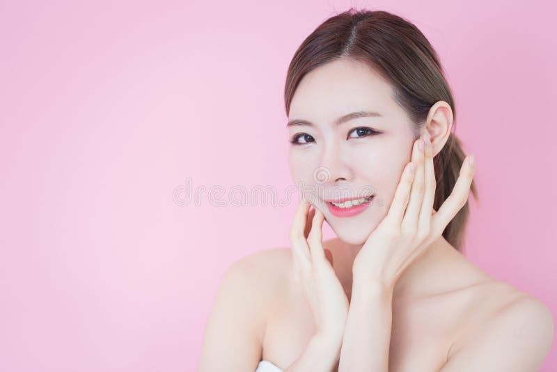Piękny młody caucasian azjatykci kobieta uśmiech z czystej świeżej skóry twarzy naturalnym makeup kosmetologia, skincare, czyści  zdjęcia royalty free