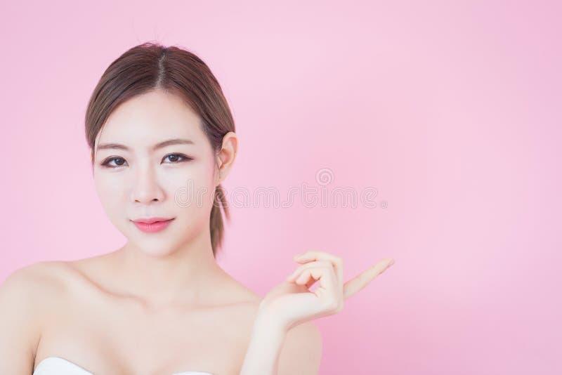 Piękny młody caucasian azjatykci kobieta uśmiech z czystej świeżej skóry twarzy naturalnym makeup kosmetologia, skincare, czyści  obrazy royalty free