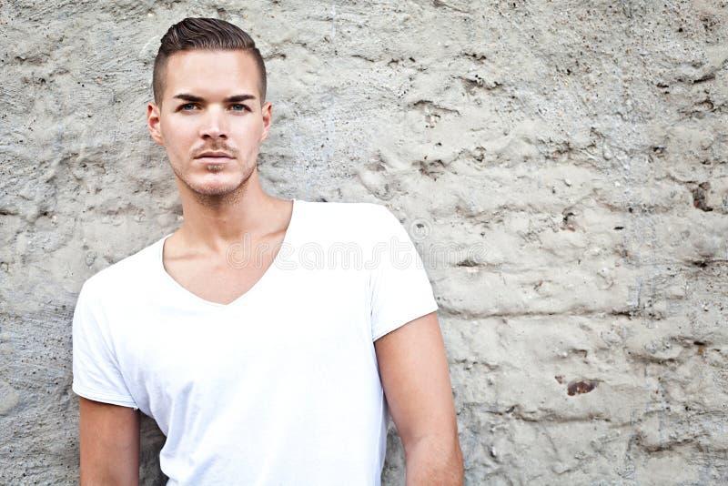 Piękny młody człowiek outdoors w białym przypadkowym shir zdjęcia stock