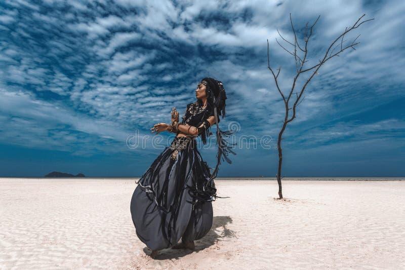 Piękny młody elegancki plemienny tancerz Kobieta w orientalnym kostiumowym tanu outdoors zdjęcie stock