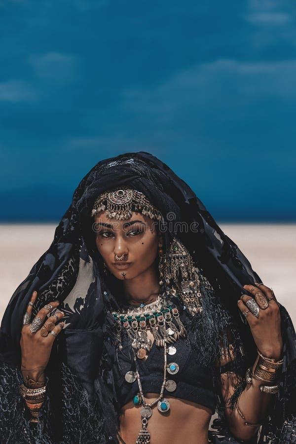 Piękny młody elegancki plemienny tancerz Kobieta w orientalnym kostiumu outdoors zdjęcie royalty free