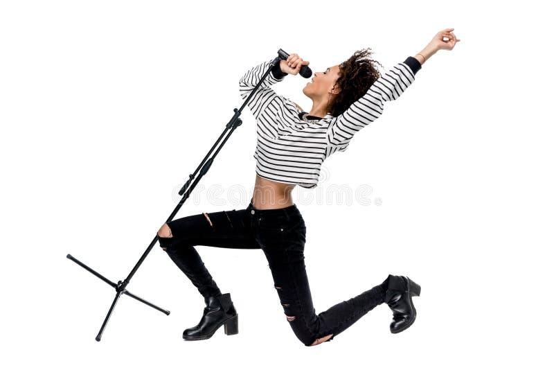 Piękny młody emocjonalny ciężkiego metalu piosenkarz z mikrofonu śpiewem obraz stock