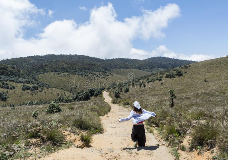 Piękny młody europejski kobieta bieg na drodze przy Horton równiien parkiem narodowym obrazy royalty free