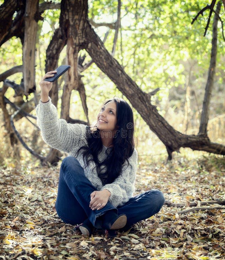 Piękny Młody latynos, Amerykańsko-indiański, Wielorasowa kobieta z telefonem komórkowym, zdjęcie royalty free