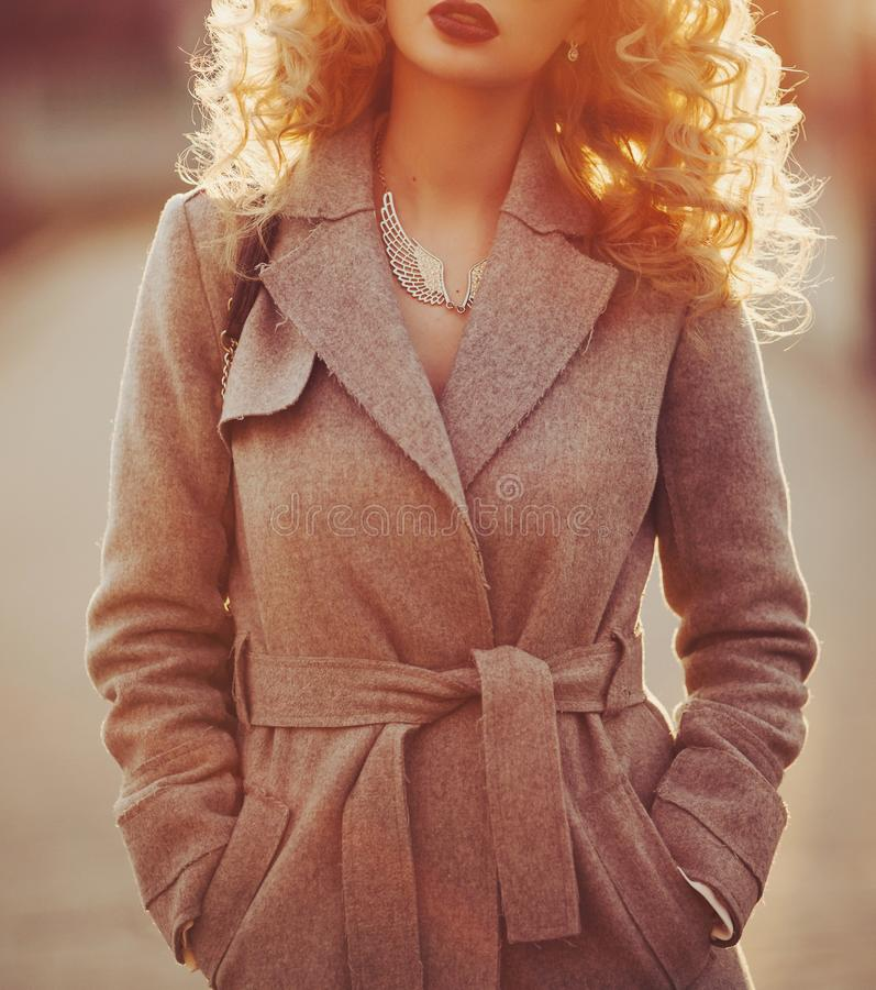Piękny młody nowożytny kobiety ja target858_0_ szczęśliwy i rozochocony w okopu żakiecie zdjęcia royalty free