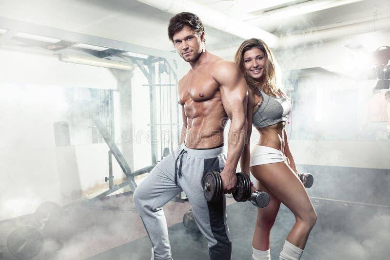 Piękny młody sporty seksowny para trening w gym obrazy royalty free
