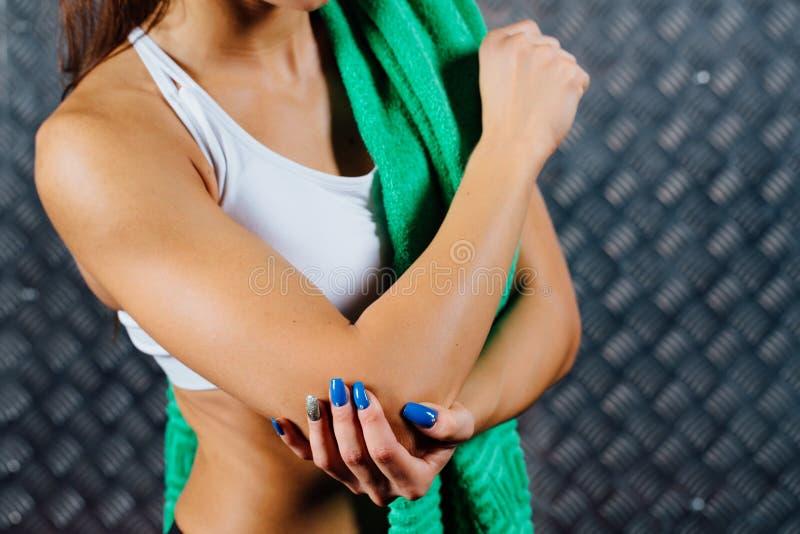 Piękny młody sprawności fizycznej kobiety uczucia ból obraz stock