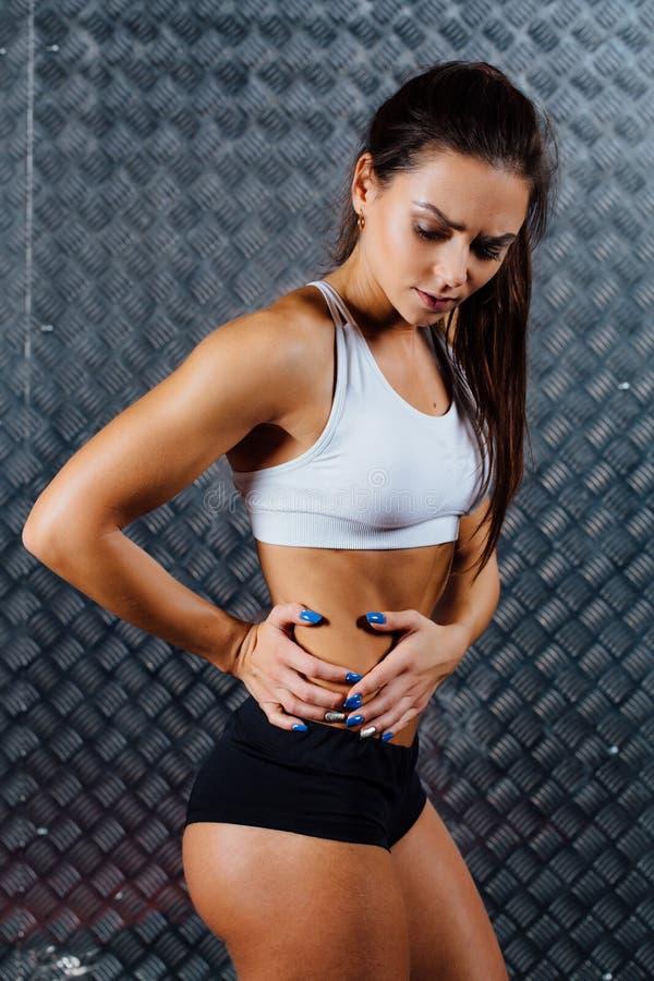 Piękny młody sprawności fizycznej kobiety uczucia ból obrazy stock