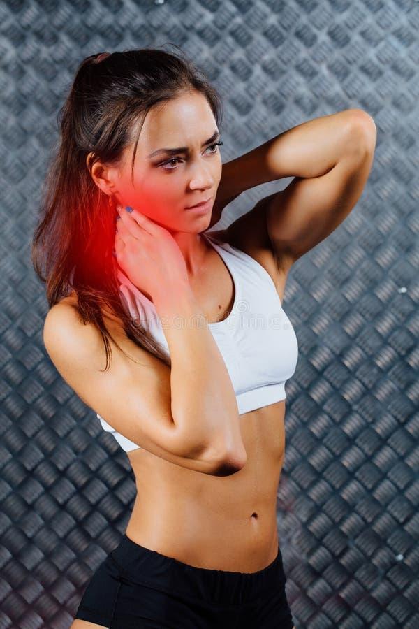 Piękny młody sprawności fizycznej kobiety uczucia ból fotografia royalty free