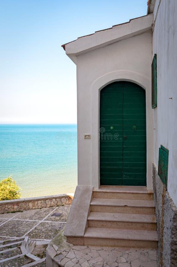 Piękny mały dom z dennym widokiem fotografia royalty free