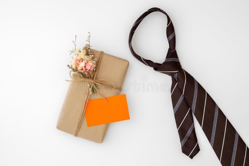Piękny mały handmade DIY prezenta pudełka pakunek z, ojca krawat, pusta imię karta, i odizolowywaliśmy o fotografia royalty free