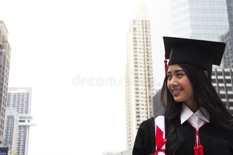 Piękny Magisterski absolwent kobiety uśmiech i jest szczęśliwy fotografia stock