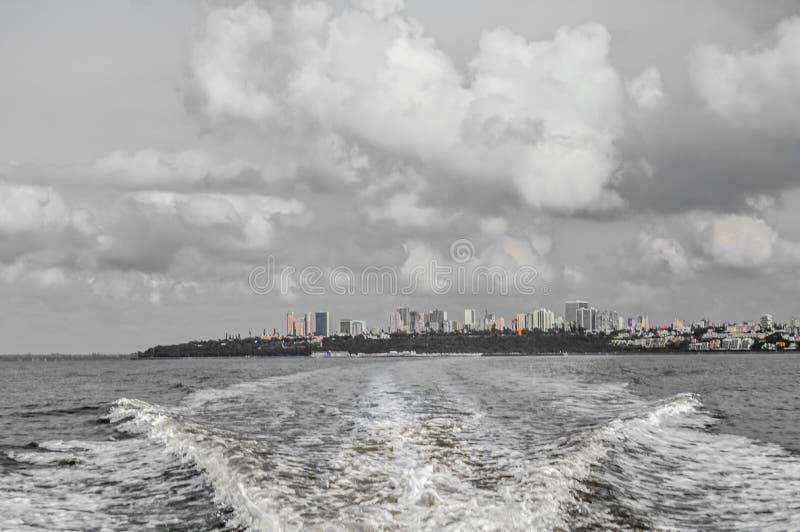 Piękny Maputo miasta linia horyzontu brać od łódkowatej wycieczki portuguese wyspa zdjęcia stock