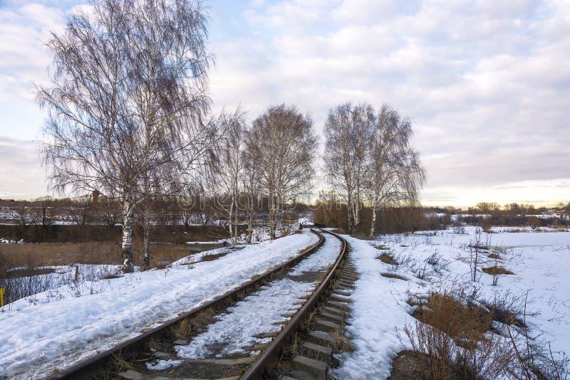 Piękny Marzec krajobraz z brzozami i linia kolejowa opuszcza w odległość obraz royalty free