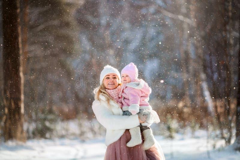 Piękny matki i córki zimy portret zdjęcia royalty free
