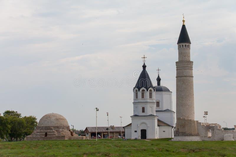 Piękny meczet i kościół przeciw niebieskiemu niebu obrazy stock