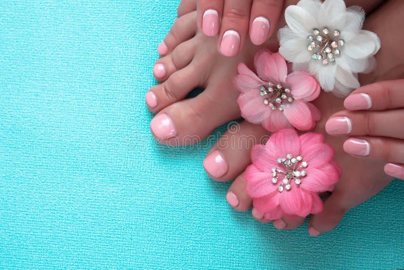 Piękny menchia manicure, pedicure z kwiatami i zdjęcie royalty free