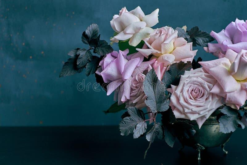 Piękny menchii róży bukiet na czerń stole z przestrzenią dla teksta zdjęcia stock