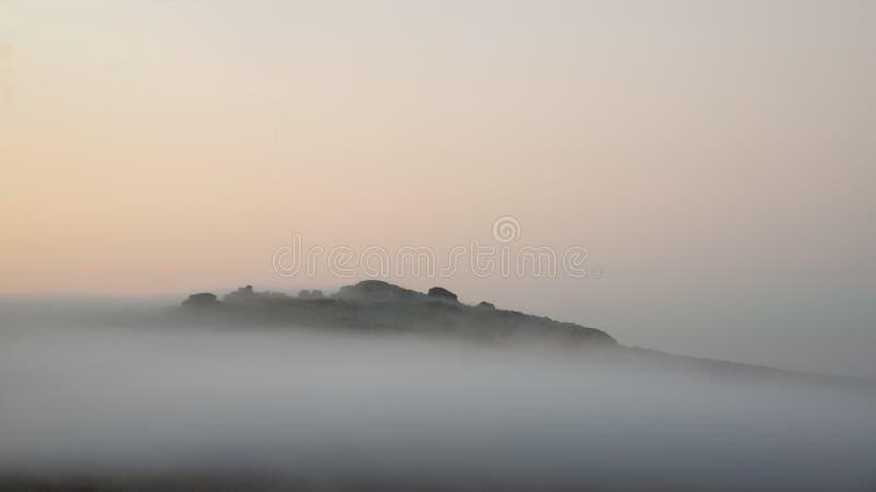 Piękny mgłowy wschód słońca krajobraz nad tors w Dartmoor reve fotografia stock