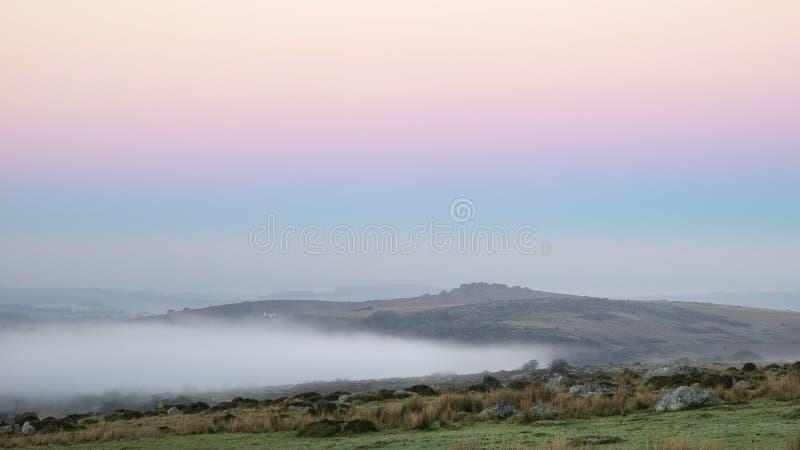 Piękny mgłowy wschód słońca krajobraz nad tors w Dartmoor reve obrazy stock