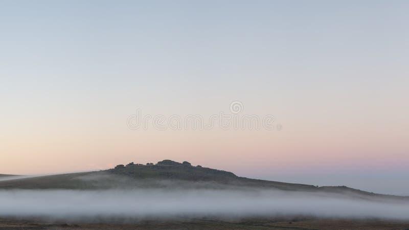 Piękny mgłowy wschód słońca krajobraz nad tors w Dartmoor reve zdjęcie stock