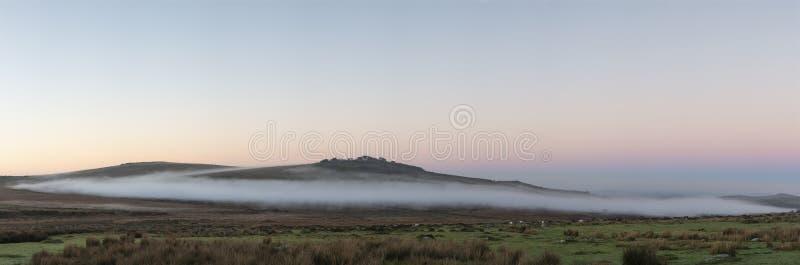 Piękny mgłowy wschód słońca krajobraz nad tors w Dartmoor reve fotografia royalty free